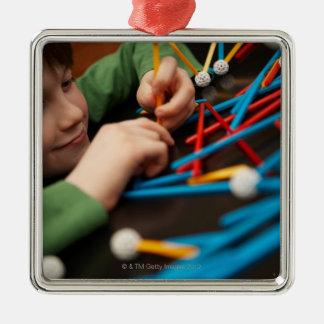 科学のプロジェクトのための男の子の接続の分子 メタルオーナメント