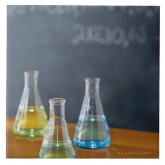 科学の実験のために整理されるボトル タイル