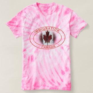 移住のカナダのカエデの葉の旗 Tシャツ