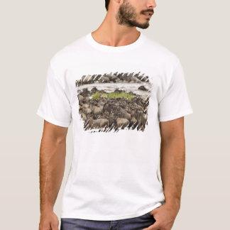 移動の間の大きいヌーの群れ、 Tシャツ