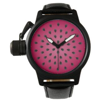 種が付いている赤いスイカの固まり 腕時計