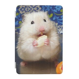 種を食べる柔らかいシリアのハムスターKokolinka iPad Miniカバー