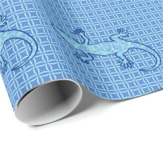 種族のろうけつ染めのヤモリ-柔らかいデニムの青 ラッピングペーパー