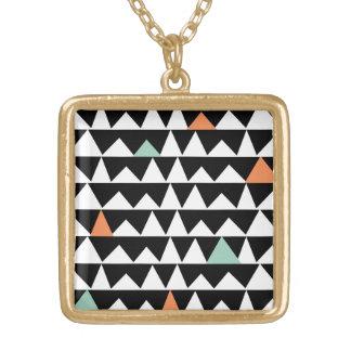 種族の幾何学的な三角形のアステカなアンデスパターン ゴールドプレートネックレス