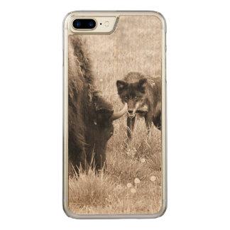 積極的なオオカミの狩りのバイソン CARVED iPhone 8 PLUS/7 PLUS ケース