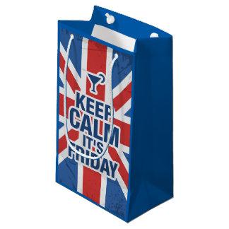 """""""穏やかそれありますおもしろいな金曜日""""がリラックスします冷たいイギリスを保って下さい スモールペーパーバッグ"""
