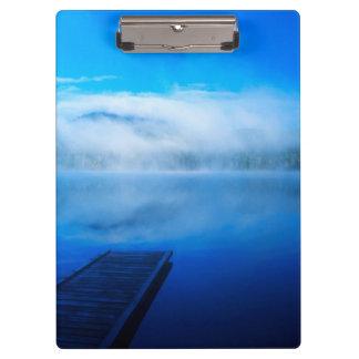 穏やかで霧深い湖、カリフォルニアの波止場 クリップボード