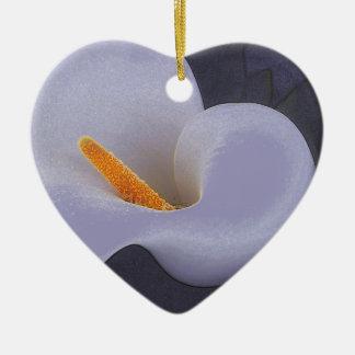 穏やかなオランダカイウユリの花弁は陶磁器のオーナメントを振ります セラミックオーナメント
