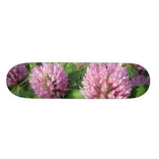 穏やかなピンクおよび緑のクローバー オリジナルスケートボード