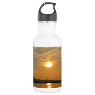 穏やかな水に反映する金日没 ウォーターボトル