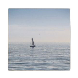 穏やかな海のヨット ウッドコースター