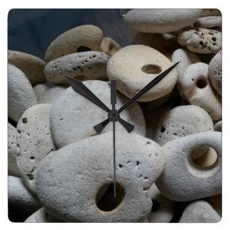 穴の正方形のモダンな時計が付いている石 スクエア壁時計