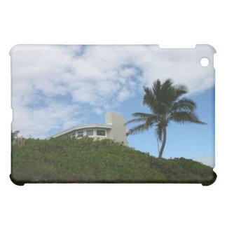 空およびヤシの木が付いている丘のビーチハウス iPad MINIケース