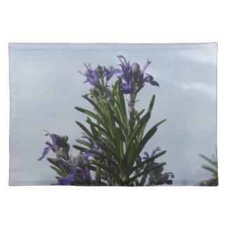 空に対する花が付いているローズマリーの植物 ランチョンマット