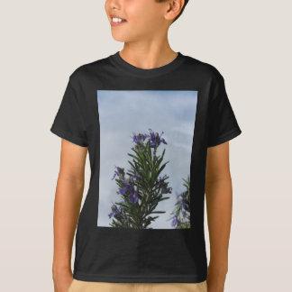 空に対する花が付いているローズマリーの植物 Tシャツ