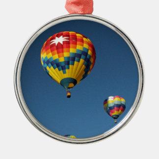 空のカラフルな熱気の気球 メタルオーナメント