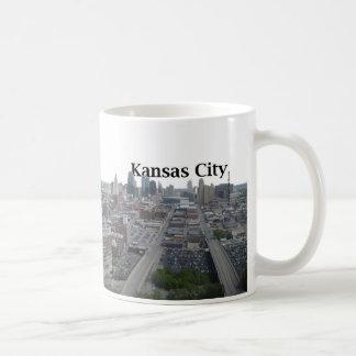 空のカンザスシティとのカンザスシティのスカイライン コーヒーマグカップ