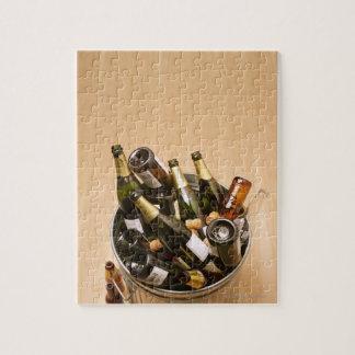 空のシャンペンのボトルの十分の不用な大箱 ジグソーパズル