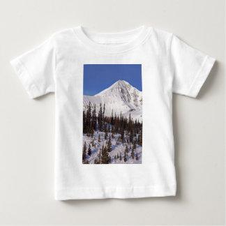 空のモンタナの大きいスキーおよびスノーボードリゾート ベビーTシャツ