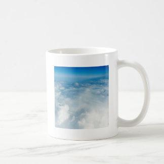 空の上下の コーヒーマグカップ