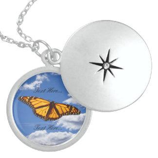 空の中型の優れたな円形のロケットの蝶 ロケットネックレス