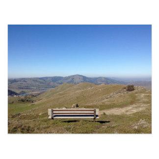 空の山景色の郵便はがきのベンチ ポストカード