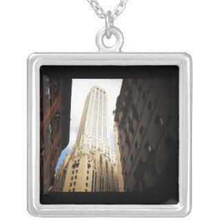 空の方に達するニューヨークシティの超高層ビル シルバープレートネックレス