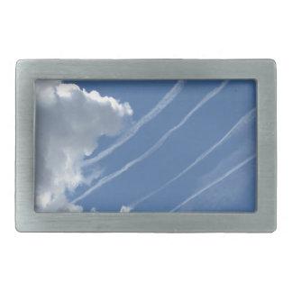 空の航空機そして雲の飛行機雲 長方形ベルトバックル