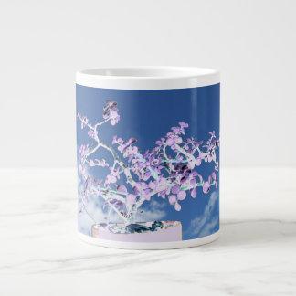 空のportulacaに対する盆栽によって逆にされる紫色の白 ジャンボコーヒーマグカップ