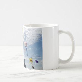 空を絵を描く数々のな色凧 コーヒーマグカップ