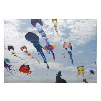 空を絵を描く数々のな色凧 ランチョンマット