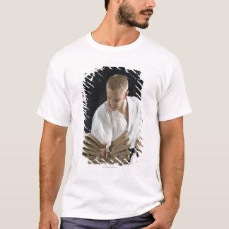 空手のチョップの板を壊している若者 Tシャツ