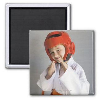 空手のユニフォームの身に着けている小競合のかぶり物の男の子 マグネット