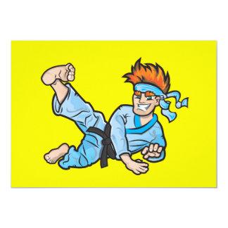 空手の子供が付いている黄色い招待 カード