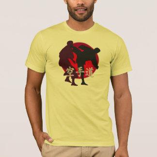 空手の戦い、赤い円の背景のシルエット Tシャツ