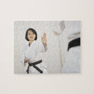 空手の競争で戦っている女性 ジグソーパズル