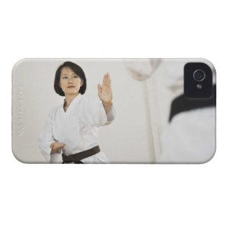 空手の競争で戦っている女性 Case-Mate iPhone 4 ケース