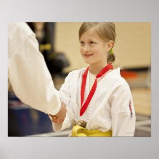 空手選手権でメダルを受け取っている女の子 ポスター