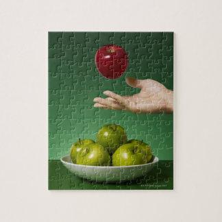 空気および緑の赤いりんごを投げることを渡して下さい ジグソーパズル