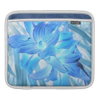 空気のようで青いユリ、冬の花柄のファンタジー iPadスリーブ