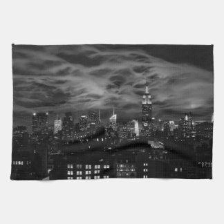 空気のような雲: NYCのスカイライン、帝国州Bldg BW キッチンタオル