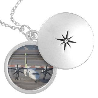 空気バルト海のダッシュ8 Q400 ロケットネックレス
