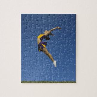 空気、側面図で跳んでいるメスのチアリーダー ジグソーパズル