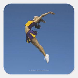 空気、側面図で跳んでいるメスのチアリーダー スクエアシール