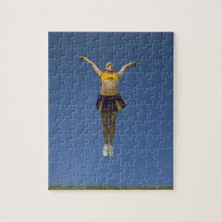 空気、正面図で跳んでいるメスのチアリーダー ジグソーパズル