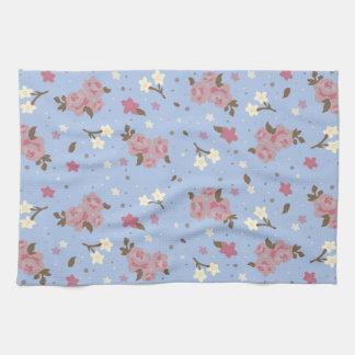 空色の背景のぼろぼろのシックなピンクのバラ キッチンタオル