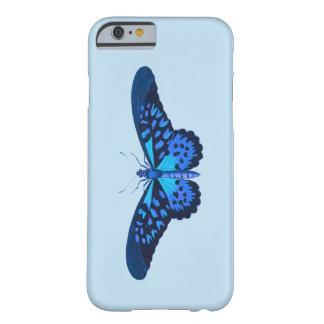 空色の背景を持つ青い蝶 BARELY THERE iPhone 6 ケース