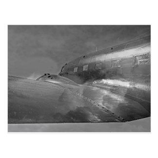 空路帰国するダグラスDC-3ダコタの航空機 ポストカード