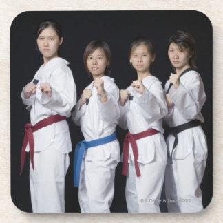 穿孔位置に立っている4人の若い女性 コースター