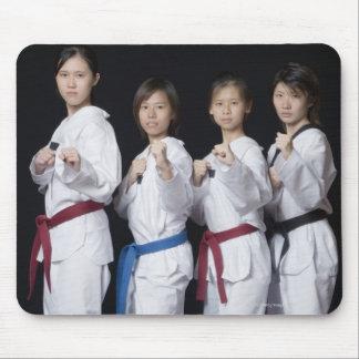 穿孔位置に立っている4人の若い女性 マウスパッド